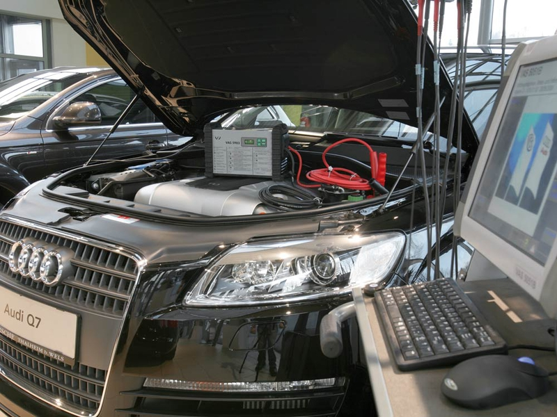 Power supply during servicing - OEM battery charging system of the Volkswagen Group with differences in hard- and software.